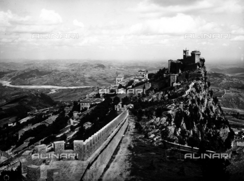 ADA-F-030654-0000 - Veduta di paesaggio con in primo piano il Monte Titano. Repubblica di San Marino - Data dello scatto: 1930 ca. - Archivi Alinari-archivio Anderson, Firenze