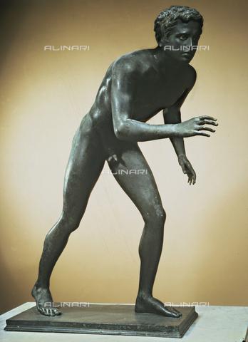 AGC-F-000481-0000 - Statua bronzea raffigurante un giovane atleta, conservata nel Museo Nazionale Archeologico di Napoli - Data dello scatto: 1990 - Per concessione del Ministero per i Beni e le Attività Culturali / Archivi Alinari, Firenze