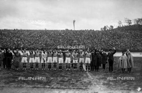 AIL-F-002469-0000 - The fascist salute of the Italian team placed in the center of the field before the start of the Italy-Hungary match at the National Stadium (National Fascist Party Stadium); the stadium was demolished in 1957 - Data dello scatto: 25/03/1928 - Luce Institute/Alinari Archives Management, Florence