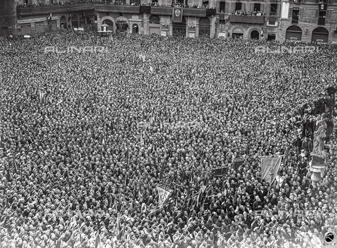 AIL-F-021016-0000 - Duce's trip to Tuscany: crowd in Piazza della Signoria listen Mussolini speaking to the Florentine people from the balcony of Palazzo Vecchio - Data dello scatto: 17/05/1930 - Luce Institute/Alinari Archives Management, Florence