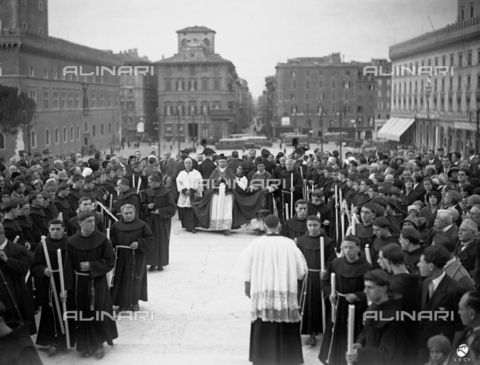 AIL-F-025485-0000 - Blessing of the Tomb of the Unknown Soldier in Rome: prelate accompanied by friars and priests heads for the Vittoriano - Data dello scatto: 02/11/1930 - Luce Institute/Alinari Archives Management, Florence