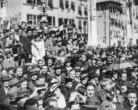 AIL-F-083023-0000 - Hitler's trip to Italy: waiting crowd in Piazza Santa Croce - Data dello scatto: 09/05/1938 - Luce Institute/Alinari Archives Management, Florence