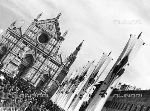AIL-F-083036-0000 - Hitler's trip to Italy: waiting crowd in Piazza Santa Croce and banners with red lily - Data dello scatto: 09/05/1938 - Luce Institute/Alinari Archives Management, Florence