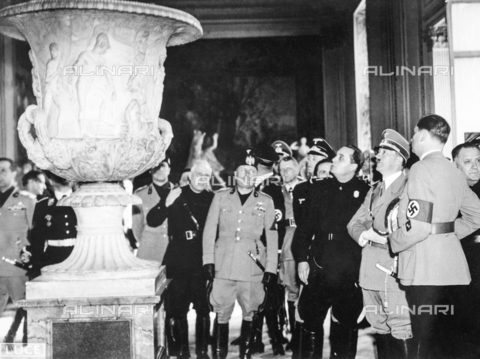 AIL-F-083101-0000 - Hitler's trip to Italy: the Fuhrer, accompanied by archaeologist Ranuccio Bianchi Bandinelli, by some hierarchs and Benito Mussolini, admires Vase Medici in the Pitti Palace area - Data dello scatto: 09/05/1938 - Luce Institute/Alinari Archives Management, Florence