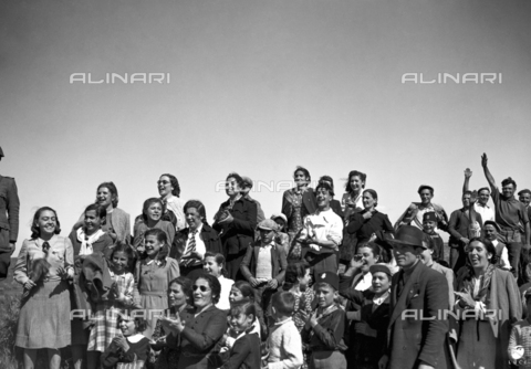 AIL-F-141344-0000 - The Duce's journey to Sardinia: a group of people attend the transition of the Black Diamond Shirts Division - Data dello scatto: 12/05/1942 - Luce Institute/Alinari Archives Management, Florence