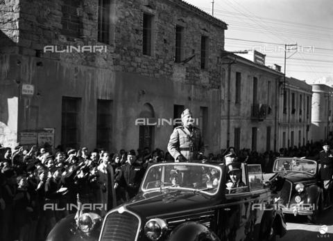 AIL-F-141454-0000 - Duce's journey to Sardinia: Benito Mussolini (1883-1945) takes on board his car acclaimed by the crowd - Data dello scatto: 13/05/1942 - Luce Institute/Alinari Archives Management, Florence