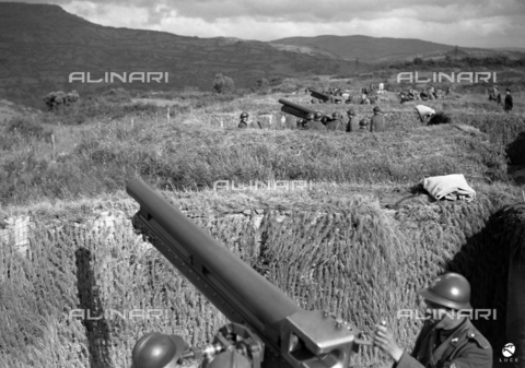 AIL-F-141471-0000 - The Duce's journey to Sardinia: trenches with artillery in the area of the Tirso dam - Data dello scatto: 13/05/1942 - Luce Institute/Alinari Archives Management, Florence