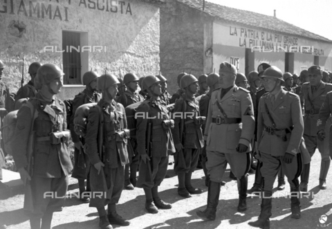 AIL-F-141646-0000 - Duce's journey to Sardinia: Benito Mussolini (1883-1945) with an officer reviews an army department along the road between San'Antioco and Cagliari - Data dello scatto: 15-16/05/1942 - Luce Institute/Alinari Archives Management, Florence