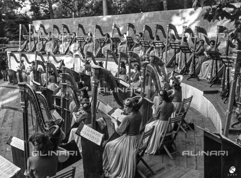 AIL-F-143204-0000 - Female musicians harp, sitting on the steps of the exedra of the Boboli Gardens, performing during a concert for GIL - Data dello scatto: 02/07/1942 - Luce Institute/Alinari Archives Management, Florence