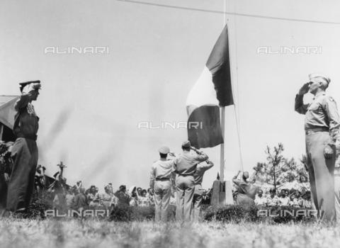 AIL-F-173139-0000 - Militari presenti alla cerimonia di consegna dell'aeroporto di Ciampino rendono omaggio alla bandiera italiana che viene issata - Data dello scatto: 07/1947 - Istituto Luce/Gestione Archivi Alinari, Firenze