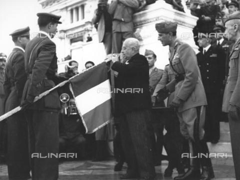 AIL-F-173270-0000 - Il ministro Mario Cingolani compie il trapasso delle decorazioni dalla vecchia alla nuova bandiera sull'Altare della Patria - Data dello scatto: 04/11/1947 - Istituto Luce/Gestione Archivi Alinari, Firenze