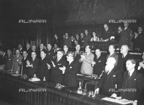 AIL-F-173321-0000 - L'Assemblea Costituente applaude calorosamente l'annuncio del voto di approvazione della Costituzione - Data dello scatto: 22/12/1947 - Istituto Luce/Gestione Archivi Alinari, Firenze