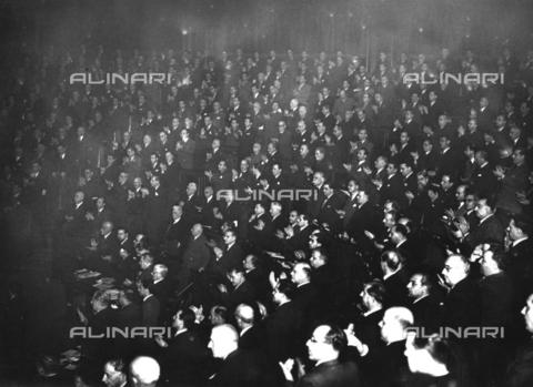 AIL-F-173323-0000 - L'Assemblea Costituente applaude calorosamente l'annuncio del voto di approvazione della Costituzione - Data dello scatto: 22/12/1947 - Istituto Luce/Gestione Archivi Alinari, Firenze