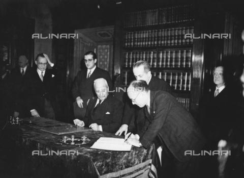 AIL-F-173325-0000 - Il presidente dell'Assemblea Costituente Umberto Terracini appone la sua firma al testo della Costituzione - Data dello scatto: 27/12/1947 - Istituto Luce/Gestione Archivi Alinari, Firenze