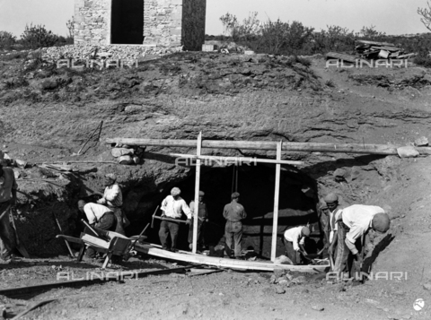 AIL-F-174983-0000 - Site of public works in different areas of Sardinia (including the Basso Sulcis and Sassari provinces): yard of a gallery under construction with workers at work - Data dello scatto: 04-05/1951 - Luce Institute/Alinari Archives Management, Florence