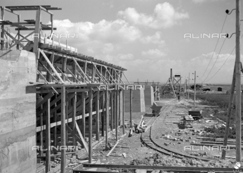 AIL-F-175015-0000 - Shipyard for public works in various areas of Sardinia (including the Basso Sulcis and Sassari provinces): a site with a large reinforced concrete infrastructure, perhaps a viaduct under construction - Data dello scatto: 04-05/1951 - Luce Institute/Alinari Archives Management, Florence