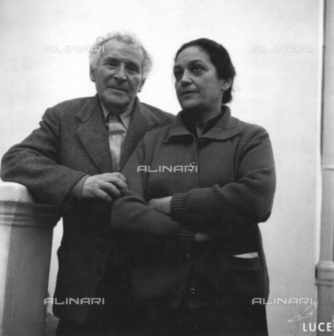 """AIL-F-D11683-0000 - Marc Chagall ritratto con la sua seconda moglie Valentina """"Vava"""" Brodsky Chagall a Vance Le Collne, Cannes - Data dello scatto: 1958 - Istituto Luce/Gestione Archivi Alinari, Firenze"""