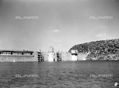 AIL-S-000175-044B - Site of public works in different areas of Sardinia (including the Basque Sulcis and Sassari provinces): view of the Monte Pranu dam being completed - Data dello scatto: 04-05/1951 - Luce Institute/Alinari Archives Management, Florence