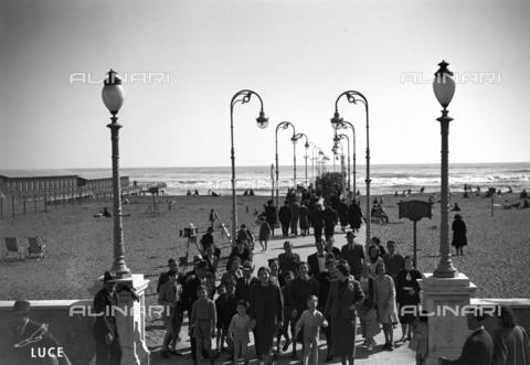AIL-S-000398-0090 - Spiaggia affollata al Lido di Roma - Data dello scatto: 18/04/1937 - Istituto Luce/Gestione Archivi Alinari, Firenze
