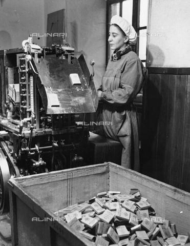 AIL-S-000566-0089 - Regia Manifattura Tabacchi: come nasce il Toscano - Data dello scatto: 24/12/1941 - Istituto Luce/Gestione Archivi Alinari, Firenze
