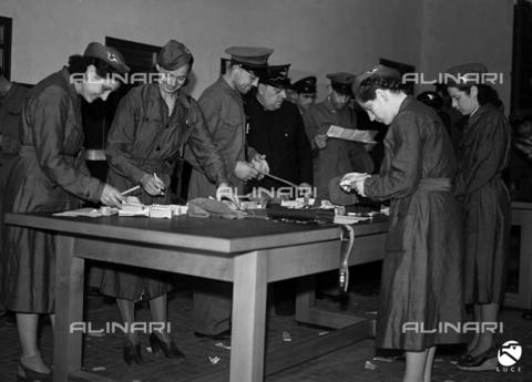 AIL-S-000593-0032 - Le ragazze assunte come fattorine nell'ATAG preparano i biglietti in una stanza dell'azienda - Data dello scatto: 29/05/1942 - Istituto Luce/Gestione Archivi Alinari, Firenze