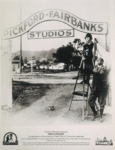 AIS-F-094028-0000 - Poster con gli attori americani Mary Pickford e Douglas Fairbanks davanti agli studi cinematografici di loro proprietà - Iberfoto/Archivi Alinari