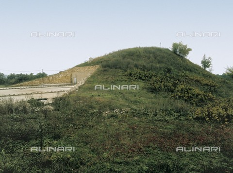 AIS-F-111529-0000 - BULGARIA. RUSE. Sveshtari. Thracian Tomb of Sveshtari. Thracian Tomb of Sveshtari (3rd c. BC). Oustide of the hill where the tomb is located. - Iberfoto/Alinari Archives, J. Bedmar