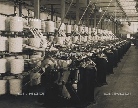 "AIS-F-CTA919-0000 - Interior of the ""La Lanera Española"" textile industry: spools to spin wool, Barcelona - Data dello scatto: 1920-1930 - Iberfoto/Alinari Archives"