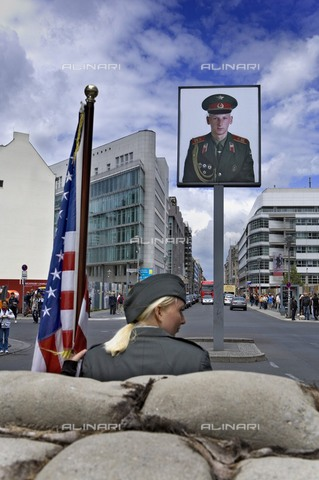 AIS-F-GYU862-0000 - Checkpoint Charlie, a checkpoint between the Soviet and US sectors, Berlin - Lucas Vallecillos / Iberfoto/Alinari Archives