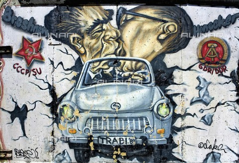 AIS-F-JFB228-0000 - Kiss between Leonid Brezhnev and Erich Honecker on a car that breaks through the Wall, Graffiti and Wall Art on the Wall, shot down from the night of November 9, 1989, Berlin - Lucas Vallecillos / Iberfoto/Alinari Archives