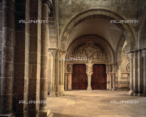 AIS-F-PAC796-0000 - Central portal of the narthex of the Sainte Madeleine Cathedral in Vézelay - Iberfoto/Alinari Archives