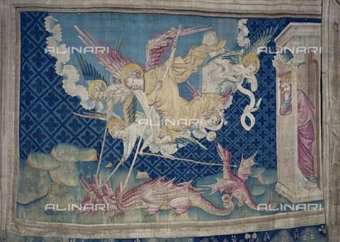 AIS-F-TRT460-0000 - San Michele che combatte il dragone, 1375-1382, nona scena dell'arazzo numero 3 dell'Apocalisse di Angers, Nicolas Bataille (1330 ca.–1399 ca.), Castello di Angers - Iberfoto/Archivi Alinari