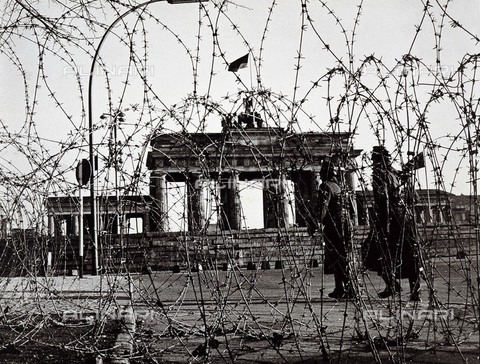AIS-F-TZK623-0000 - Two soldiers from West Berlin patrol the wall near the Brandenburg Gate, Berlin - Iberfoto/Alinari Archives