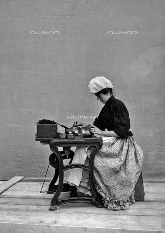 APA-F-005028-0000 - Operaia della Manifattura Tabacchi di San Pancrazio, Firenze - Data dello scatto: 1901 - Archivi Alinari, Firenze