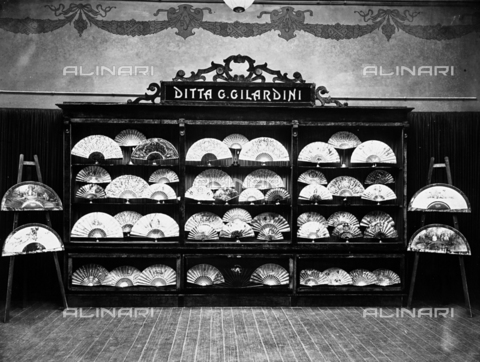 APA-F-005438-0000 - Numerous fans displayed in the Gilardini shop, in Florence