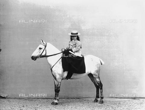 APA-F-005607-0000 - Countess Gioia on horseback