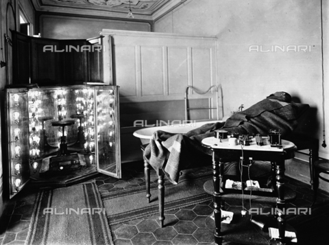 APA-F-006415-0000 - Physiotherapy ambulatory of the Gabbrielli Institute of Florence: a patient is lying down, with a blanket on top.