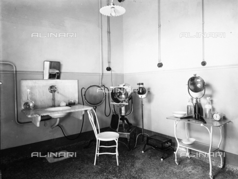 APA-F-006517-0000 - View of the phototherapy ambulatory of the Pellizzari Institute of Florence: machinery for phototherapeutic care.
