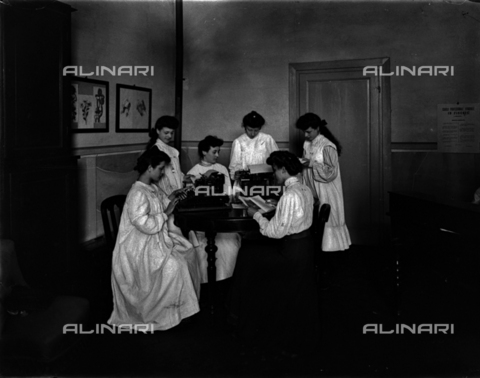 APA-F-006732-0000 - Pupils from the girls' vocational school in Via della Scala, in Florence, portrayed during a typing lesson