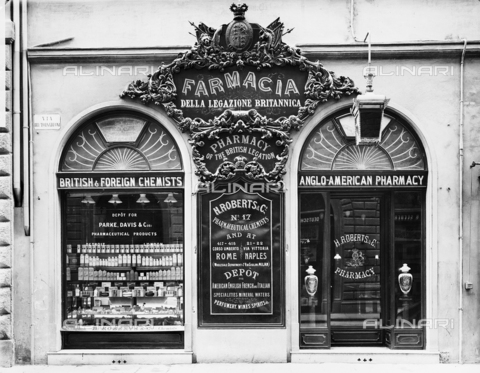 APA-F-006837-0000 - View of the windows of the English Pharmacy on Via Tornabuoni, Florence.