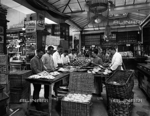APA-F-007749-0000 - Workers for school meals for the town of Florence: the preparation of sandwiches in a grocery store
