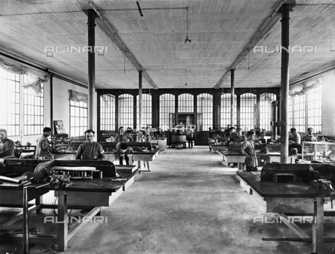 APA-F-008042-0000 - Florence. Officine Galileo: constructing telescopes - Date of photography: 1916 - Alinari Archives-Alinari Archive, Florence