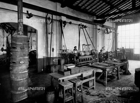 APA-F-008047-0000 - Interior of the Officine Galileo - Date of photography: 1916 ca. - Alinari Archives-Alinari Archive, Florence