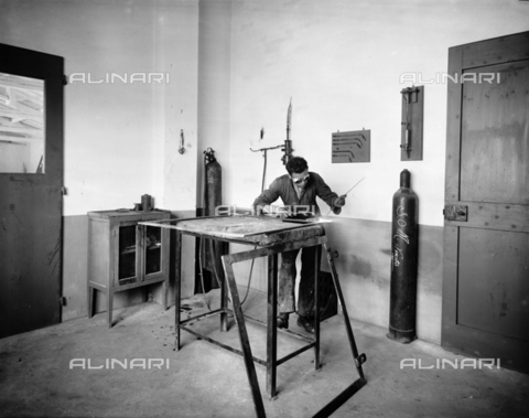 "APA-F-008401-0000 - Worker at work in the workshop of the car manufacturer ""Nazzaro"" - Data dello scatto: 11/1920 - Archivi Alinari, Firenze"