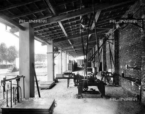 "APA-F-008402-0000 - Machinery in the mechanical workshop of the car manufacturer ""Nazzaro"" - Data dello scatto: 11/1920 - Archivi Alinari, Firenze"