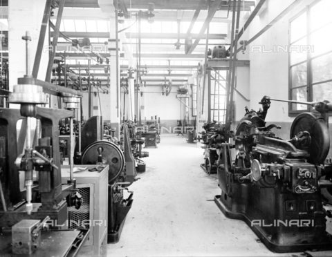 "APA-F-008405-0000 - The mechanical workshop of the car manufacturer ""Nazzaro"" - Data dello scatto: 11/1920 - Archivi Alinari, Firenze"