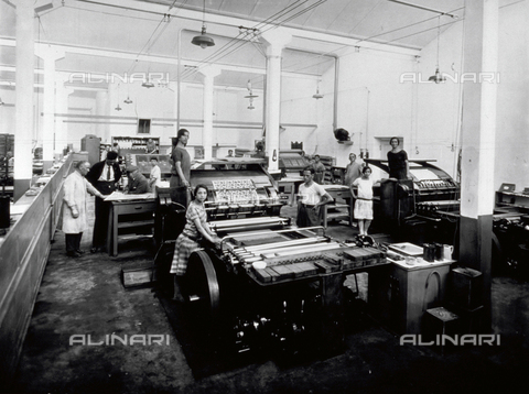APA-F-009890-0000 - Interior of the Richard Ginori factory in Doccia: production department. A few workers are posing next to the machines - Date of photography: 1925 ca. - Alinari Archives-Alinari Archive, Florence