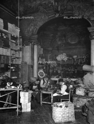 APA-F-014642-0000 - Florence. The Ferragamo shoe workroom in Palazzo Feroni - Data dello scatto: 1937 - Archivi Alinari, Firenze
