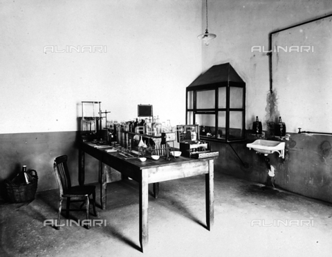 APA-F-08430B-0000 - Interior of the Pedani tannery: a table with alembics, testers and various measuring devices are visible; on the walls are a wash basin and a showcase.