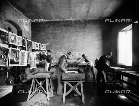 APA-S-011953-0008 - Scorcio della stanza adibita all'asciugatura delle fotografie nello stabilimento fotografico Fratelli Alinari, a Firenze - Data dello scatto: 1899 - Archivi Alinari, Firenze
